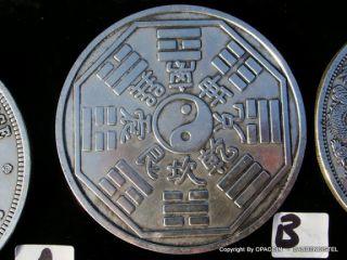 sehr grosse chinesische Münzen mit Drachen, Yin & Yang, Dollar